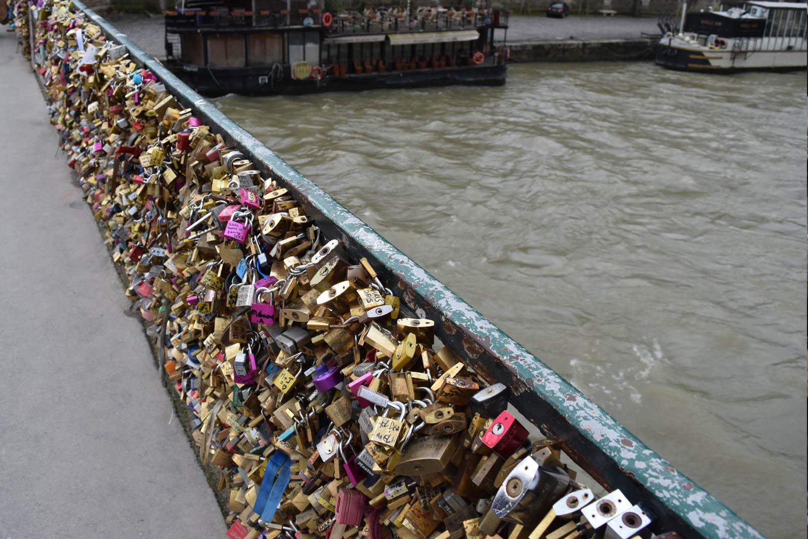 Romantisch weekend Parijs - brug met liefdes slotjes