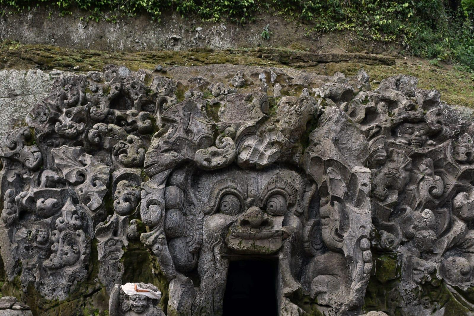 De ingang van de Olifantengrot in Ubud