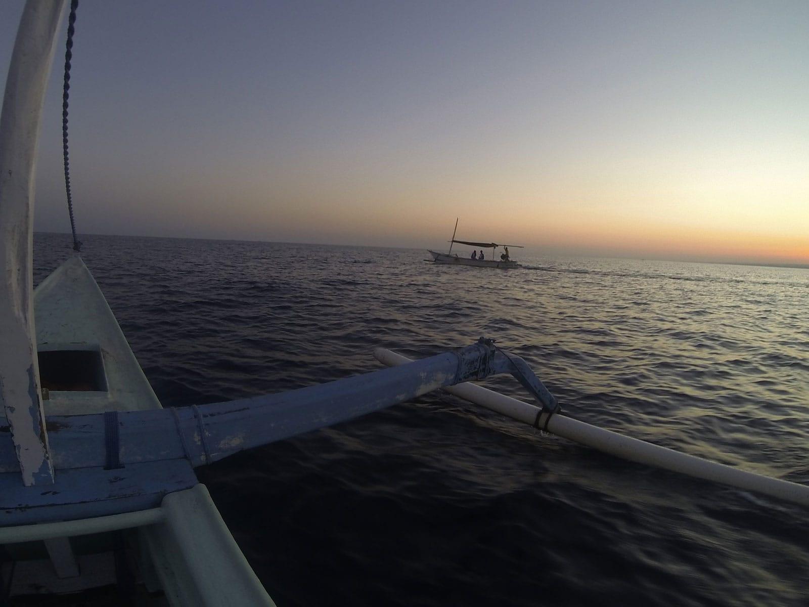Tijdens zonsopgang op zee