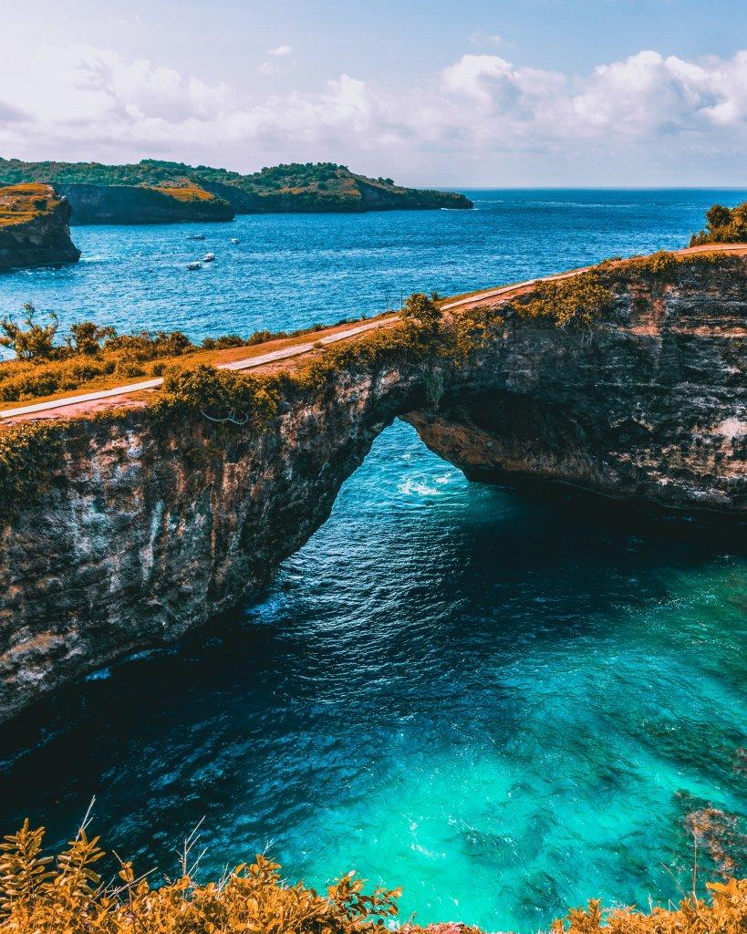 Prachtige rotsen in het water van Nusa Penida