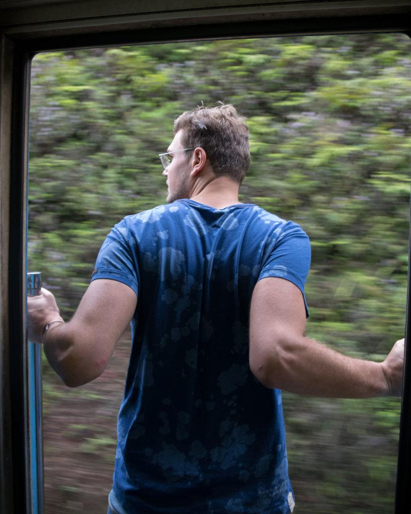 Uit het raam hangen in de trein